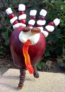 To make this cute little turkey below, you need a red apple, big and small marshmallows, cranberries, raisins, a gummy worm and toothpicks. This is a fun craft project for the kids for Thanksgiving!